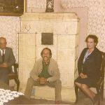 1971-Geza-Frid-met-vrouw-en-zoon-in-zijn-geboortehuis