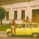 1974-Geza-Frid-fotografeert-zoon-kleinkinderen-voor-zijn-geboortehuis