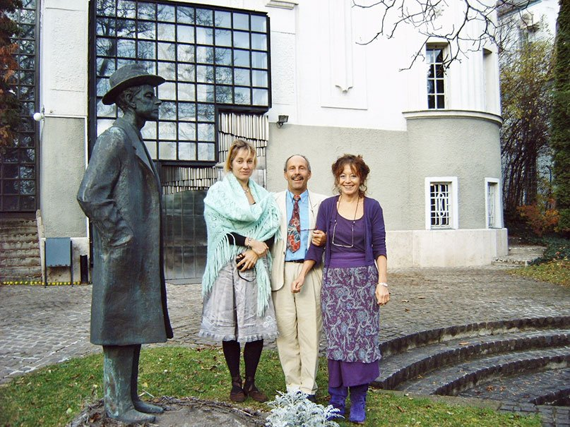 2004-Arthur-Frid-met-vrouw-en-dochter-voor-Bartokhuis
