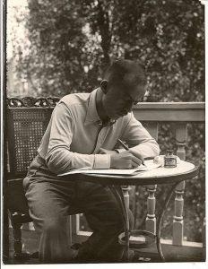 1938 - GF met muziekpartituur op balkon Van Eeghenstraat